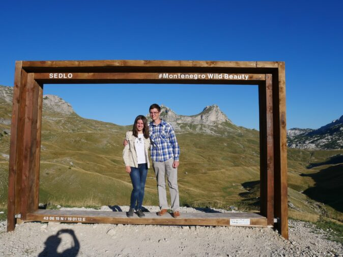Ми з чоловіком на фоні гори Сідло