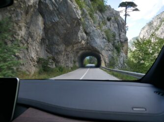 Один из живописных тоннелей в Черногории
