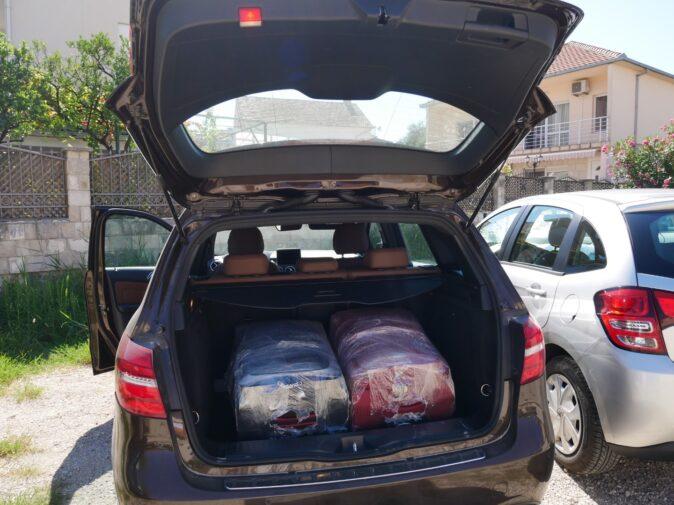 Вместительный багажник мерса, аренда авто в Черногории