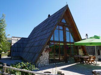 Высокогорные домики в Черногории