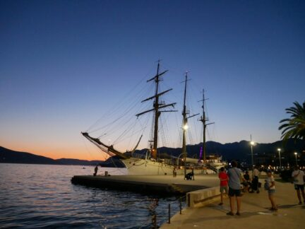Красивая яхта в Тивате