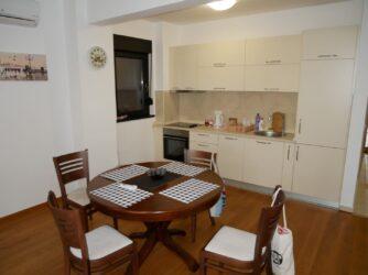 Кухня в нормальных апартаментах в Будве