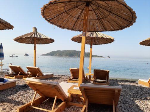 Лежаки на Славянском пляже