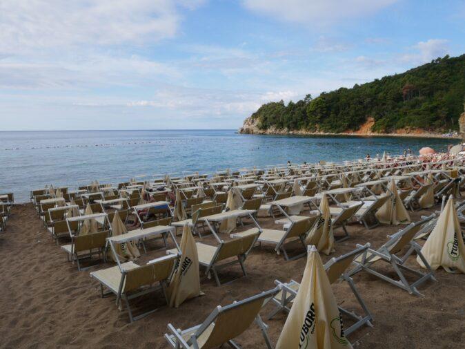 Лежаки на пляже Могрен в Будве