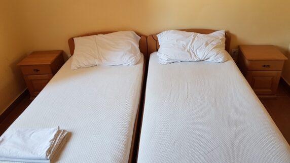 Номер в бюджетному готелі Чорногорії