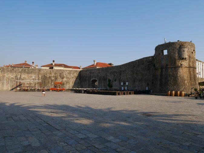 Старый город в Будве крепостные стены