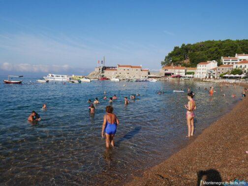 Море в Петроваце утром сколько людей