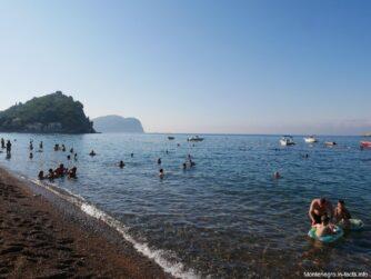 Сколько людей в море утром на пляже